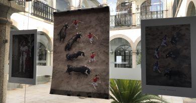 El  Ayuntamiento acoge una exposición de fotografías de recortadores en San Juan