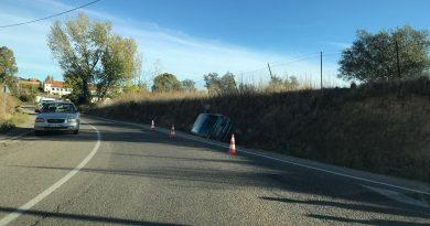Una mujer se sale de la carretera y vuelca con su coche para evitar colisionar con otro