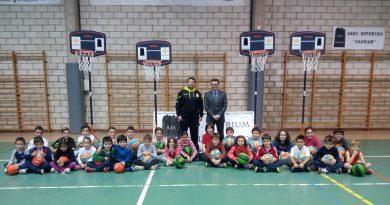 La Asociación Deportiva Caurium recibe material deportivo donado por una entidad bancaria
