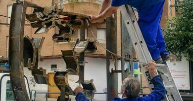 Colocan en la rotonda del Hospital una estructura de hierro con el escudo de Coria
