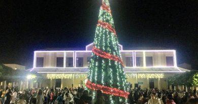 El encendido de las luces de Navidad reúne a los ciudadanos en la Plaza de la Solidaridad