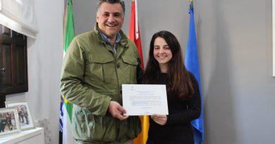 El Ayuntamiento reconoce la labor de una joven deportista cauriense