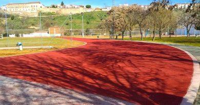 Adecentan las pistas de atletismo del Polideportivo La Isla