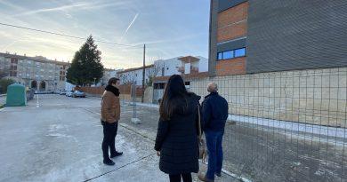 El Psoe denuncia la paralización de las obras del centro de Día y el alcalde asegura que comienzan el lunes