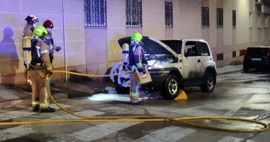 Un coche sale ardiendo en la calle Uruguay
